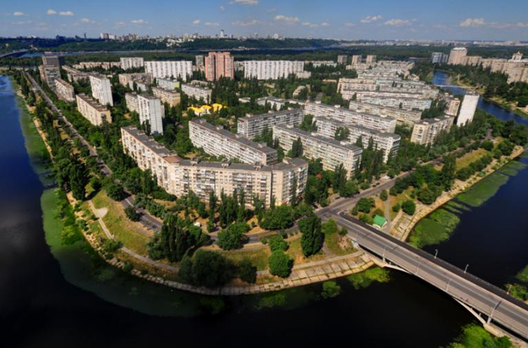 Королівські масштаби, зразкові мікрорайони та меми-довгожителі: кілька історій з київських околиць
